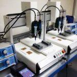 preeflow eco-PEN300 1K Dispenser und eco-CONTROL EC200-K Dosiersteuerungen in einem Dosiersystem für den Farbauftrag auf Embleme.