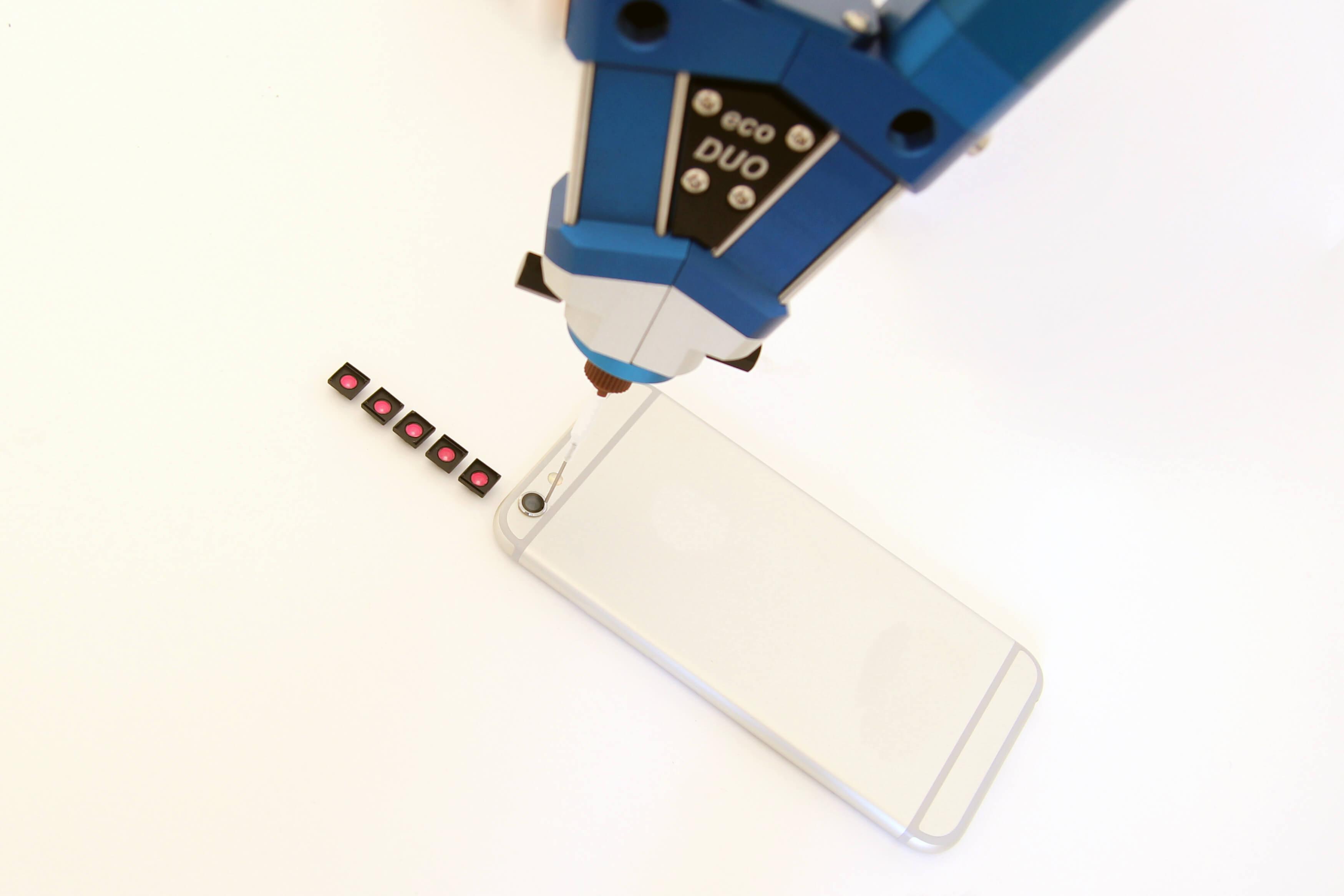 preeflow eco-DUO beim Verkleben einer Smartphone-Kamera