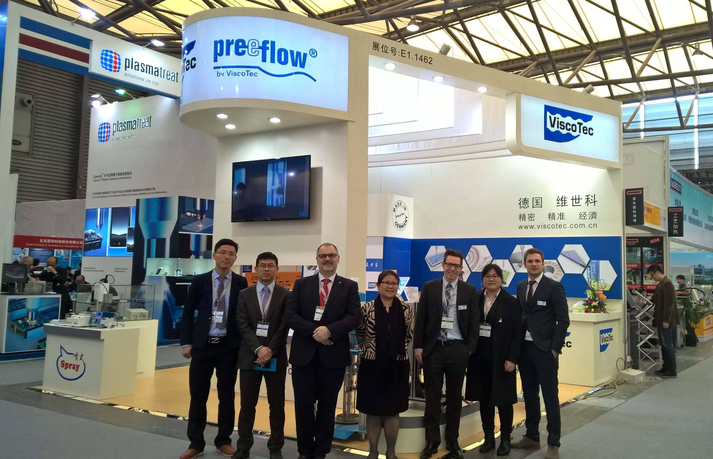Messestand von preeflow und ViscoTec in Asien mit Kollegen von ViscoTec Asia und Kollegen aus Deutschland