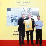 Markus Schultz (mitte), Niederlassungsleiter ViscoTec China, bei der Preisverleihung des SMT China VISION Award