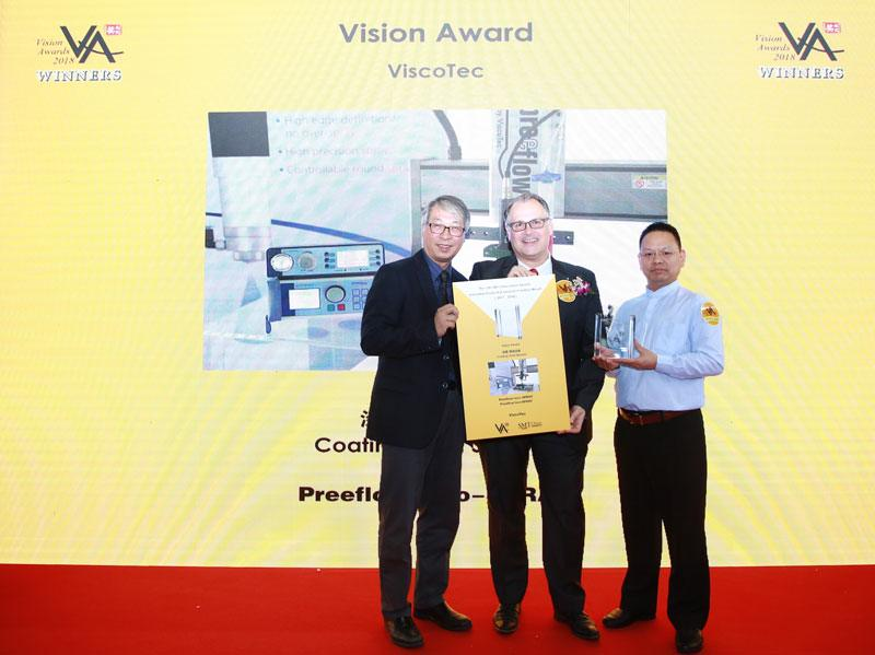 "Markus Schultz (centre), Branch Manager ViscoTec China, at the ""SMT China VISION Award"" ceremony"